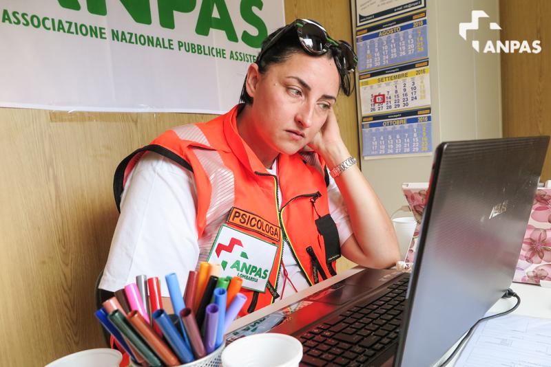 Una psicologa dell'emergenza del campo Anpas