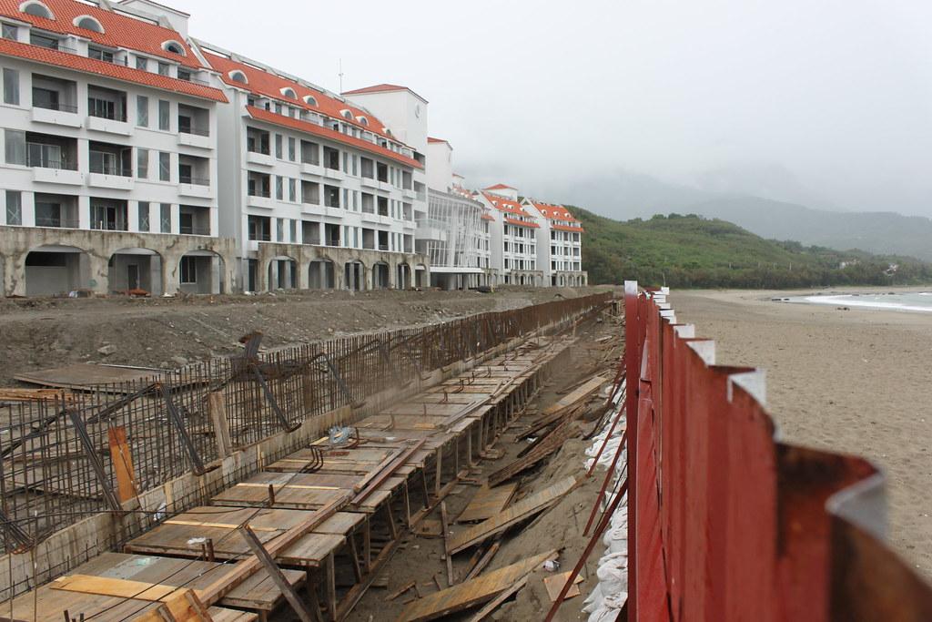 2011年5月18日美麗灣破壞沙灘建造水泥堤岸泳池。圖片來源:黃苑蓉提供。