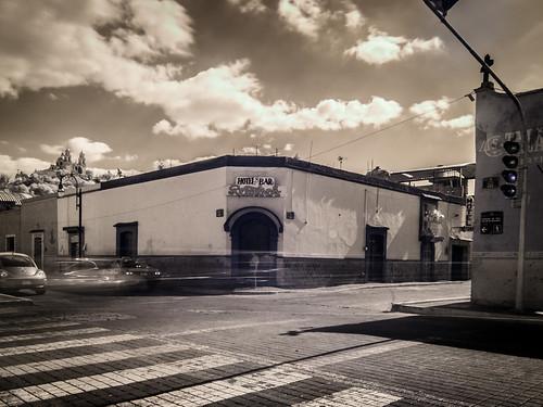 Iglesia de la Virgen de los Remedios y el Bar Reforma.