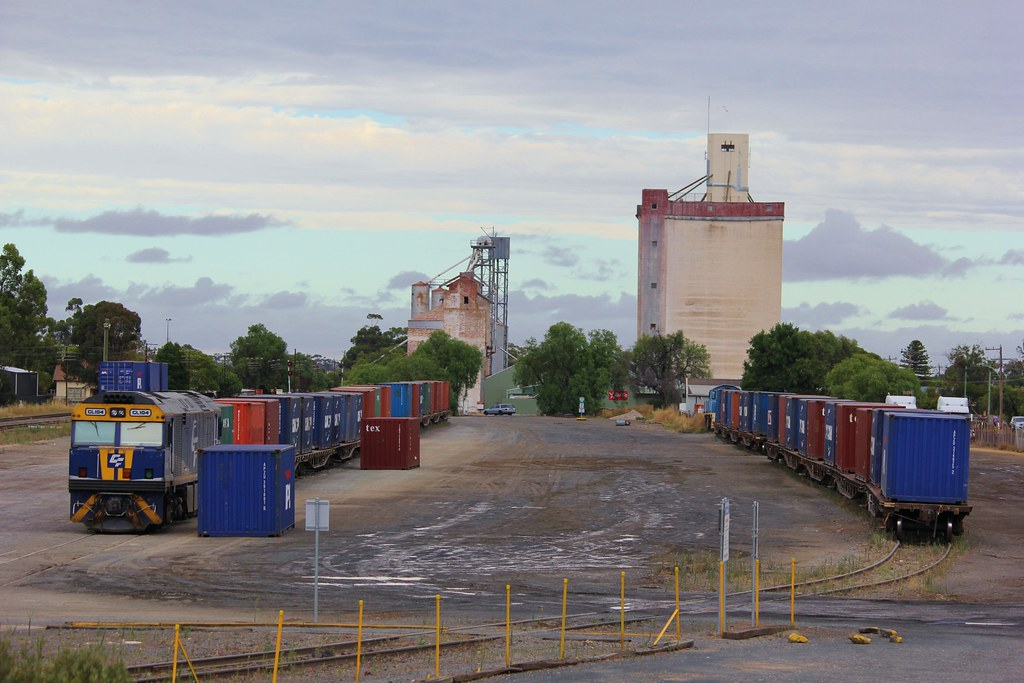 GL104 waits while containers are being loaded onto QUBE's Horsham service by bukk05