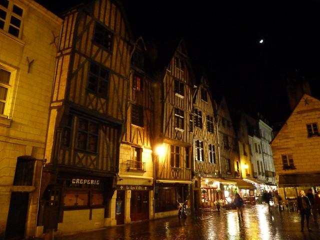 Fotografía nocturna de la ciudad de Tours (Valle del Loira, Francia)