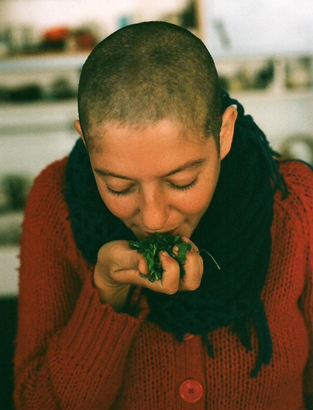 femme qui tient des légumes verts dans la main