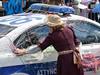 Ani policejní auto se neubránilo karnevalovému veselí, foto: Petr Nejedlý