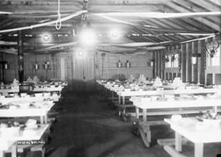 Tables set for Christmas dinner, Relief Project No. 37, Kingston, Ontario / Tables dressées pour le repas de Noël, projet de secours no 37, Kingston (Ontario)