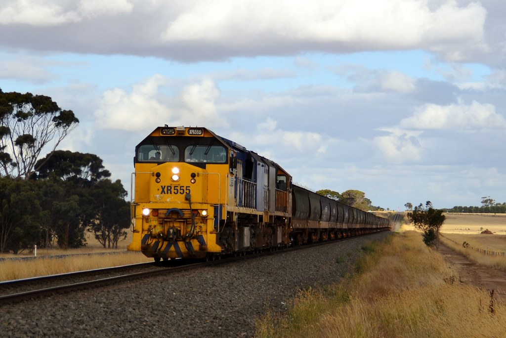 XR555-XR559 leaving 'the dip' with PN Grain by LOCOPOWER