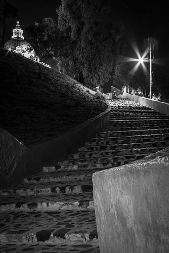 Escaleras del acceso derecho de la capilla de la Virgen de los Remedios