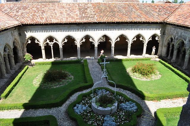 Cloître gothique, collégiale St Pierre, La Romieu, Gers, Midi-Pyrénées, France.