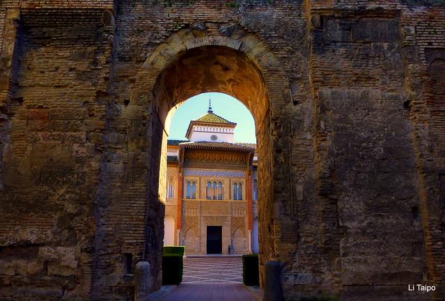 Sevilla. Fachada del palacio mudéjar del rey Pedro I de Castilla desde el Patio del León. Segunda mitad del siglo XIV.