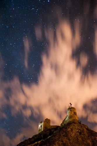 castillo fortaleza sigloix conjunto monumental ruinas torre del homenaje arquitectura nocturna noche estrellas nightshot nightscape nightphotography fotografía tower tribute cruz de santiago castle stars nikond90 d90 18105mm arte medieval edad media