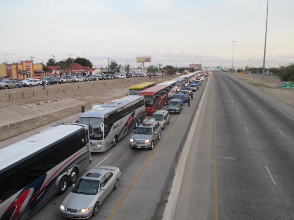 Laredo Tx Fila de Autobuses para llegar al Puente Internac