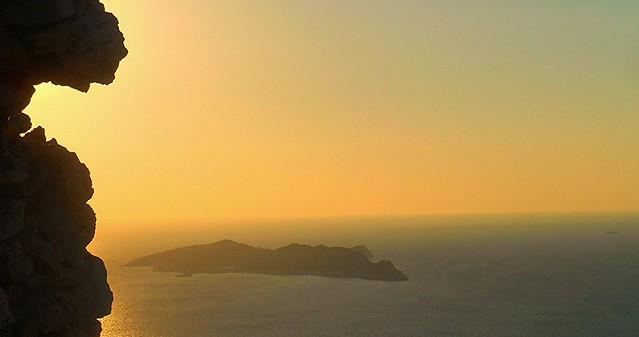 Rocks and blues: view from Kastellorizo / Η νησίδα Ρω μες στο χρυσογάλανο πέλαγος, όπως φαίνεται από βουνοκορφή του Καστελλόριζου