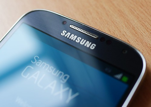 Samsung Galaxy S4 - gap with dust | by Janitors