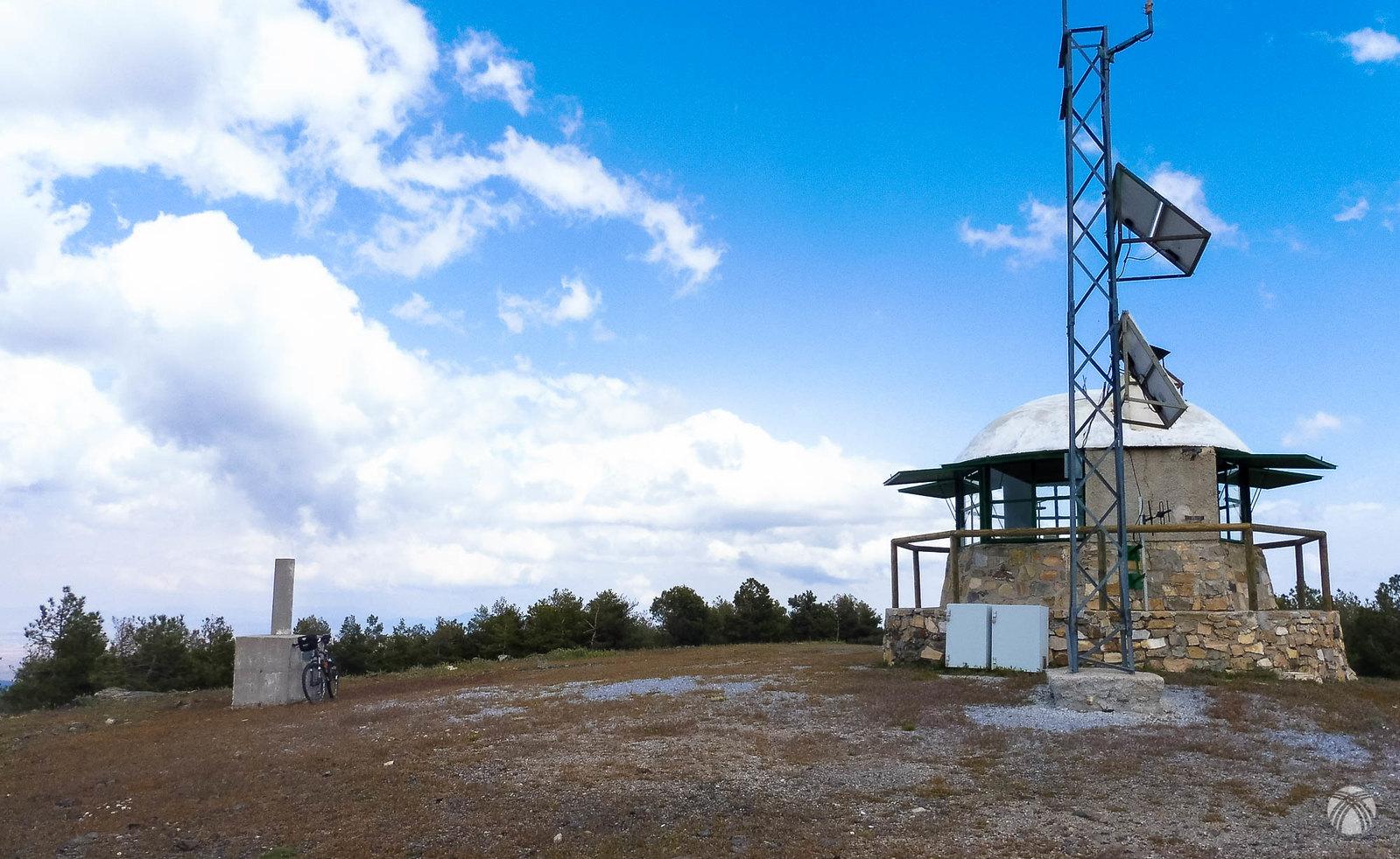 Refugio forestal para vigilancia en el Pico Padilla