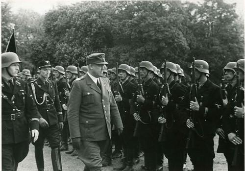 Vidkun Quisling inspiserer soldater.