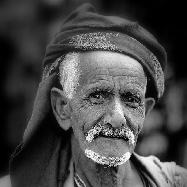 Yemen: vieil homme dans le souk de Sanaa.