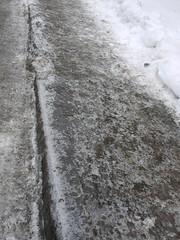水, 2013-01-30 11:11 - 凍って林檎飴状態になった歩道