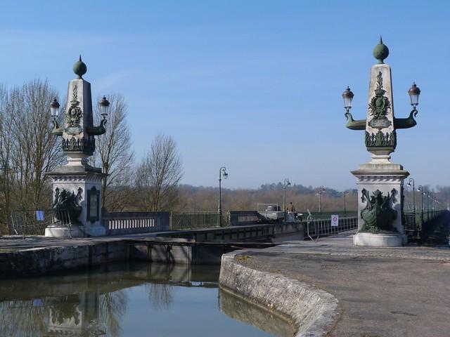 Puente de Briare en el valle del Loira (Francia)
