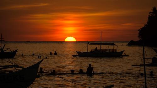 philippinen sipalay beach strand meer bucht sea sonnenuntergang sunset orange red rot boote boats swimming baden sony sonynex nex7