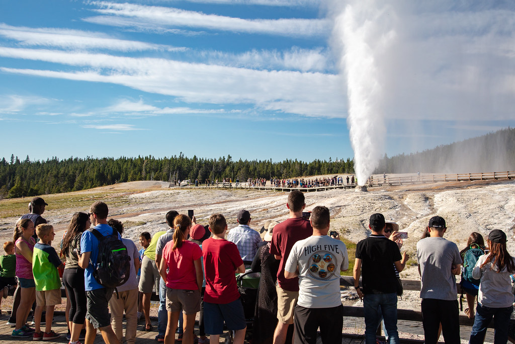 People watching a Beehive Geyser eruption (3) | NPS / Jacob