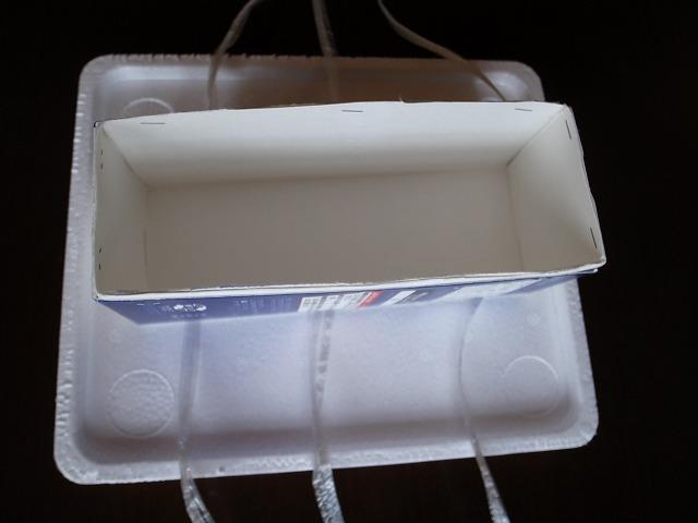 <p>a)牛乳パックを2つ組み合わせて石鹸を流し込む方作り。</p>