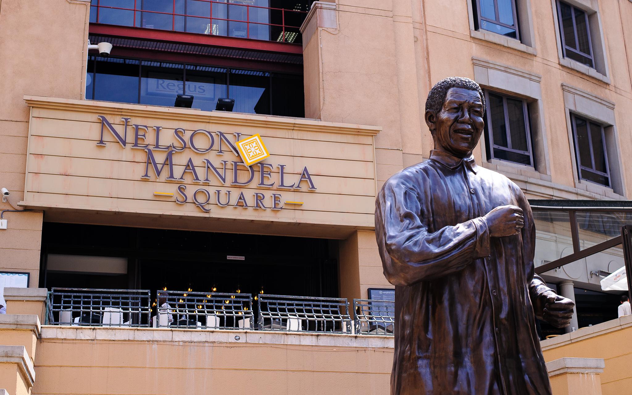 Nelson Mandela Square - Statue