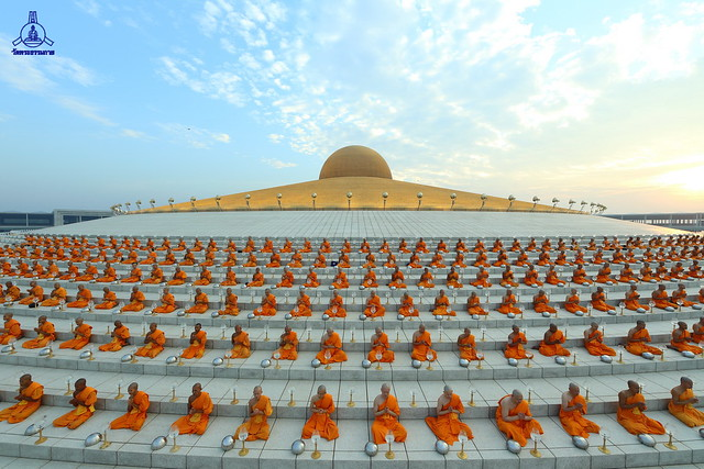 Magha Puja Day 2556 BE (2013) Offering Lights to Brighten Your Life Monday, 25 February 2556 BE