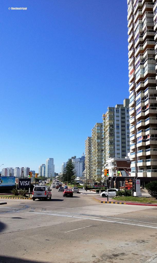 Korkeita taloja rannassa Punta del Estessä
