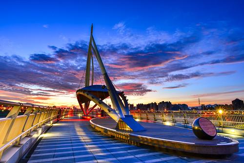 taiwan newtaipei bridge building sunrise dawn sky cloud outdoors scenery light bluesky zhonghe 台灣 新北市 中和區 中原里 遠雄左岸橋 日出 晨曦 黎明 火燒雲 藍色時光 色溫