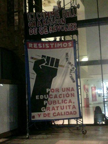 Exhibit of Resistimos banner and performative rereading of manifesto at GAM, Santiago de Chile