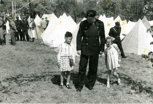 Vidkun Quisling og to småjenter i forbindelse med Borrestevnet 1941.