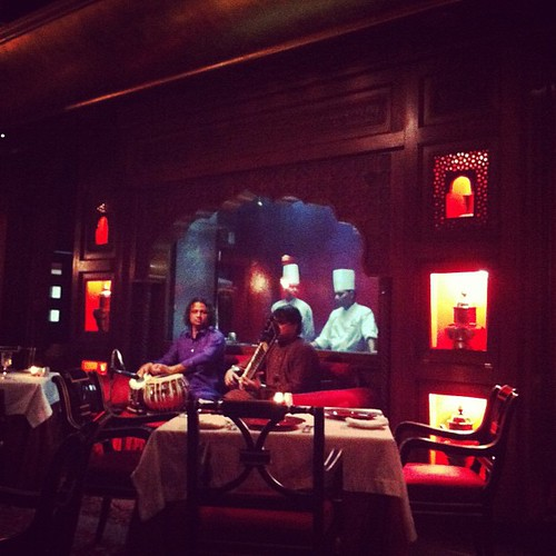 Excellent resto Indien avec 2 musiciens. Great #indian food  and music #instafood #hotel #music #bh #bahreïn #bahrain | by 4coinsdumonde