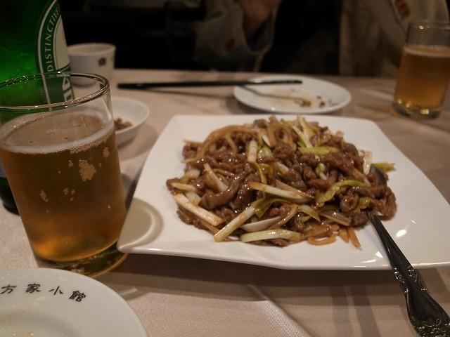 <p>e)黄韮と牛肉の炒め物</p>