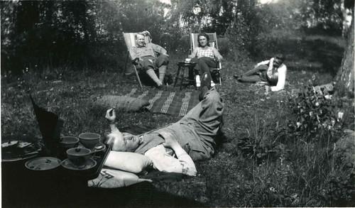 Maria og Vidkun Quisling samt to ukjente menn i avslappende omstendigheter, 1930-tallet.