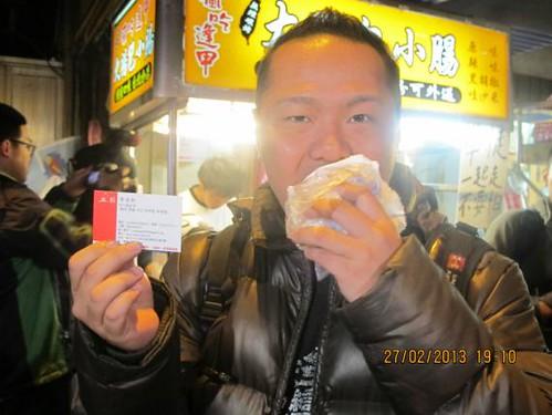圖03.台灣電子電機產業資訊工會在景美夜市舉辦「工時正常,來吃大腸包小腸」活動,只要參加者拿出員工識別證拍照打卡,就可換取免費的大腸包小腸。