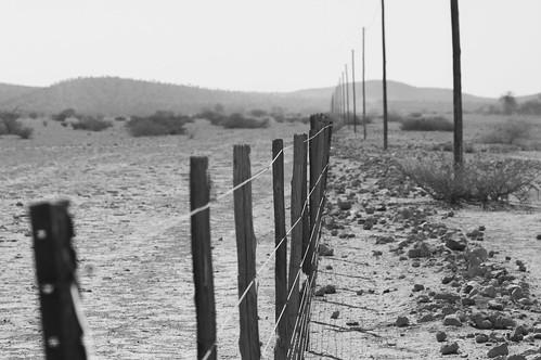 namibia afrika africa canon 6d 24105mm namib zaun fence wüste desert schwarzweiss sw bw