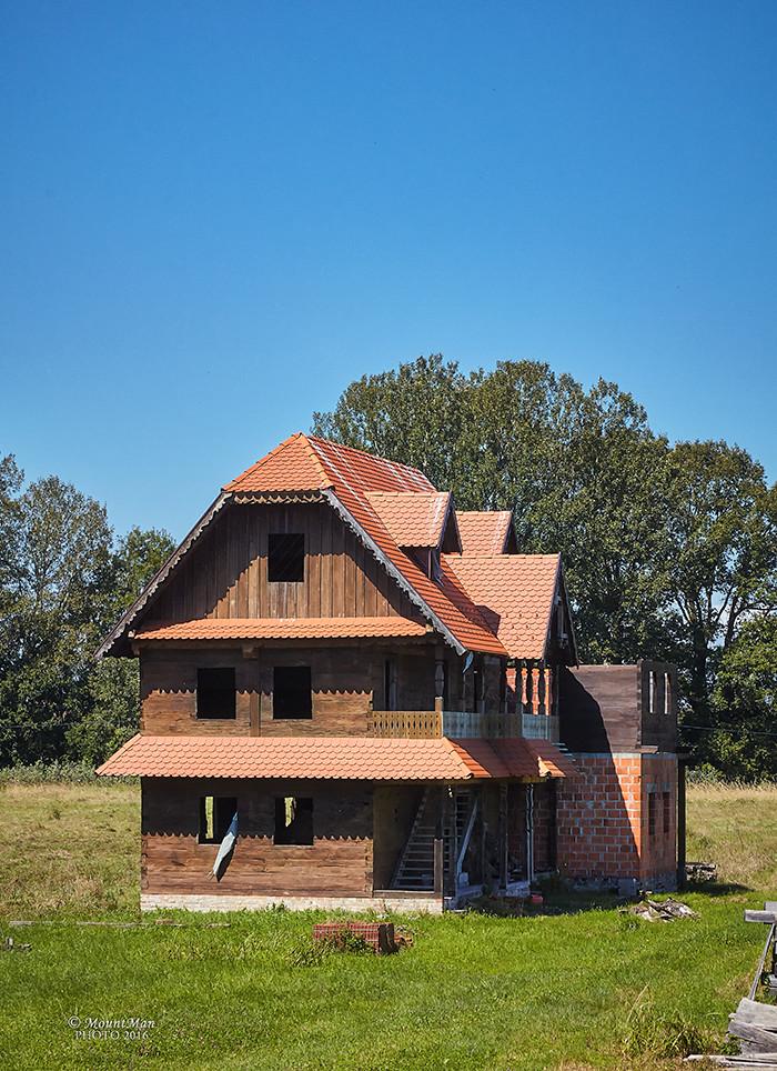 Nedovršena novogradnja u tradicijskom stilu posavske drvene kuće