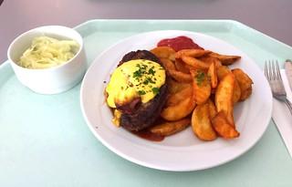 Salisbury steak with BBQ sauce & potato wedges / Rinderhacksteak mit BBQ-Sauce & Country Potatoes | by JaBB