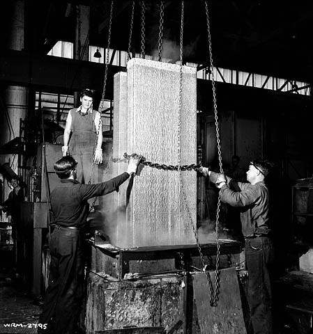 Workers lift aluminum blocks out of moulds    Aluminum Com
