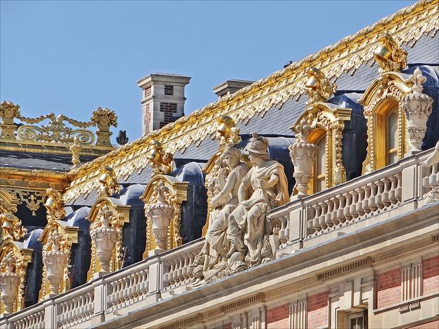 Décors de toiture de la cour de marbre (Versailles)