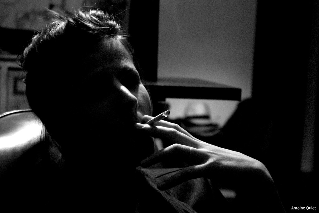 Nina fume