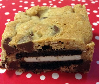 Oreo and Caramel Stuffed Chocolate Chip Cookie Bars | by NoshWithMe