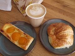 金, 2012-08-03 08:22 - Marius et Fanny Pâtisserie Provençale のクロワッサンとアプリコットタルト、La Distributrice のカフェラテ