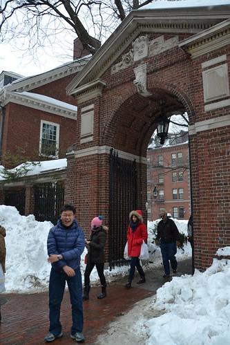 圖1.哈佛大學的校門看起來有些狹小,似乎也寓意著想進哈佛可不是一件容易的事。
