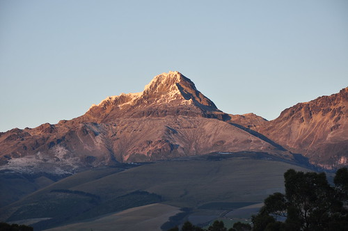 illinizasur illiniza volcano sunrise alpenglow landscape chuquiragualodge avenueofthevolcanoes ecuador southamerica mountains andesmountains