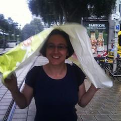 snel door regen met geïmproviseerde paraplu (met dank aan Kiosk Laan v NOI)
