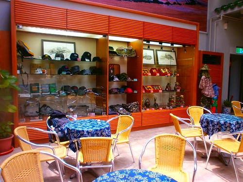 八二三戰史館賣店(八二三咖啡.藝廊)各式迷彩服裝飾品 | by 金門國家公園