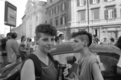 2012-06-23 Roma Gay Pride due ragazze via Cavour