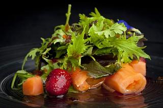 13 Ensalada de salmón ahumado relleno de queso y frutos rojos | by La Gañanía Finca & Catering, Tenerife