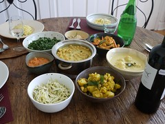 金, 2012-09-07 13:13 - 海老のカレー、ひよこ豆のココナツミルク煮、ジャガイモのサブジ、ケールのマッルン、トマトのサンボル、魚団子のカレー、青マンゴーのサラダ、ローストココナツのサンボル、イエローライス