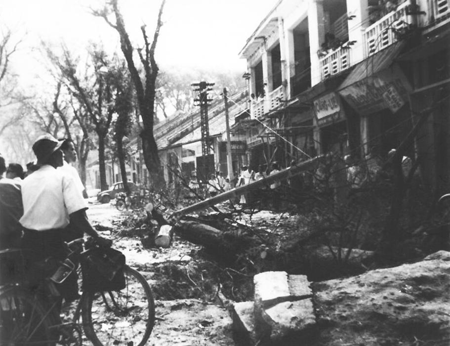 Hỏa tiễn 122 ly nổ phía trước tòa soạn báo Tiếng Chuông, 92-94 đường Gia Long. June 11, 68